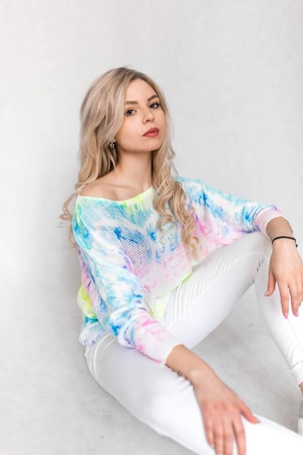 Bajecznie kolorowy cieniowany sweter