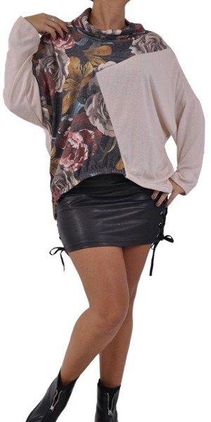 Beżowy sweter z luznym golfem w róże