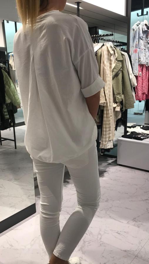 Biała bluzka z napisem COCO z plisą z tyłu