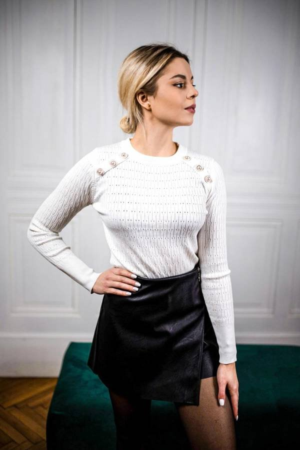 Biały sweterek ażurowy z guziczkami