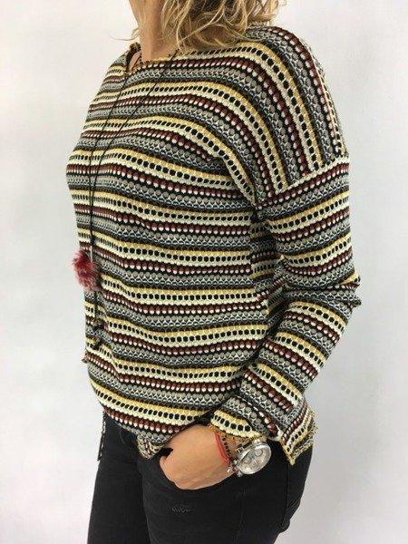 Bluzka we wzór z naszyjnikiem