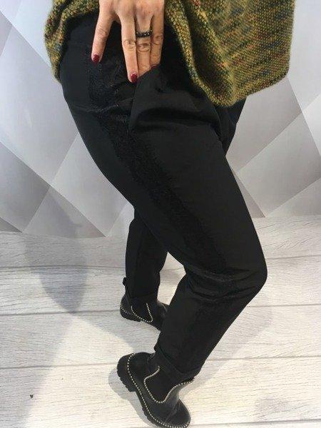 Spodnie czarne z lampasem.