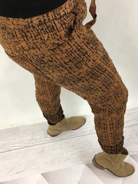 Spodnie kamelowe w zwierzęcy wzór