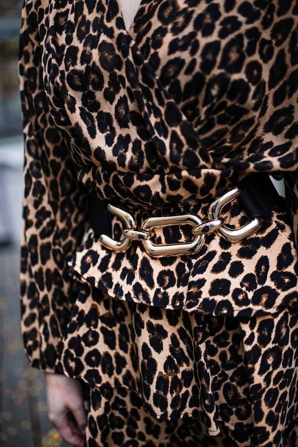Sukienka beżowa w panterkę falbany S