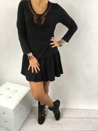 Sukienka czarna z kuleczkami przy dekolcie