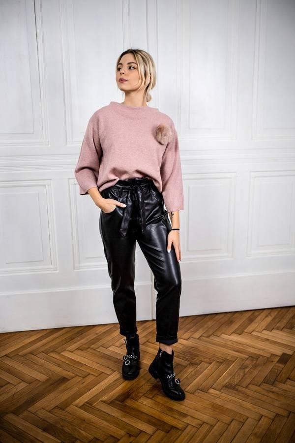 Sweter różowy z piękną broszką