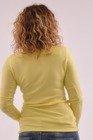 Klasyczny żółty sweter z dekoltem