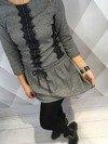 Sukienka w kratkę ze wstawkami koronkowymi.